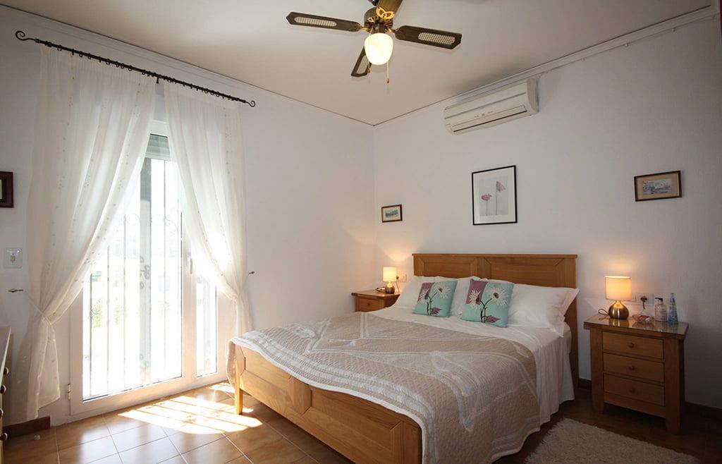 Slaapkamer met plafondventilator Stella Inmo Consulting