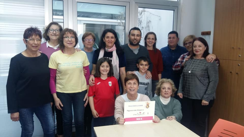 Baix la Mar entrega a Amunt Contra el Cáncer la recaudación de las chapas solidarias