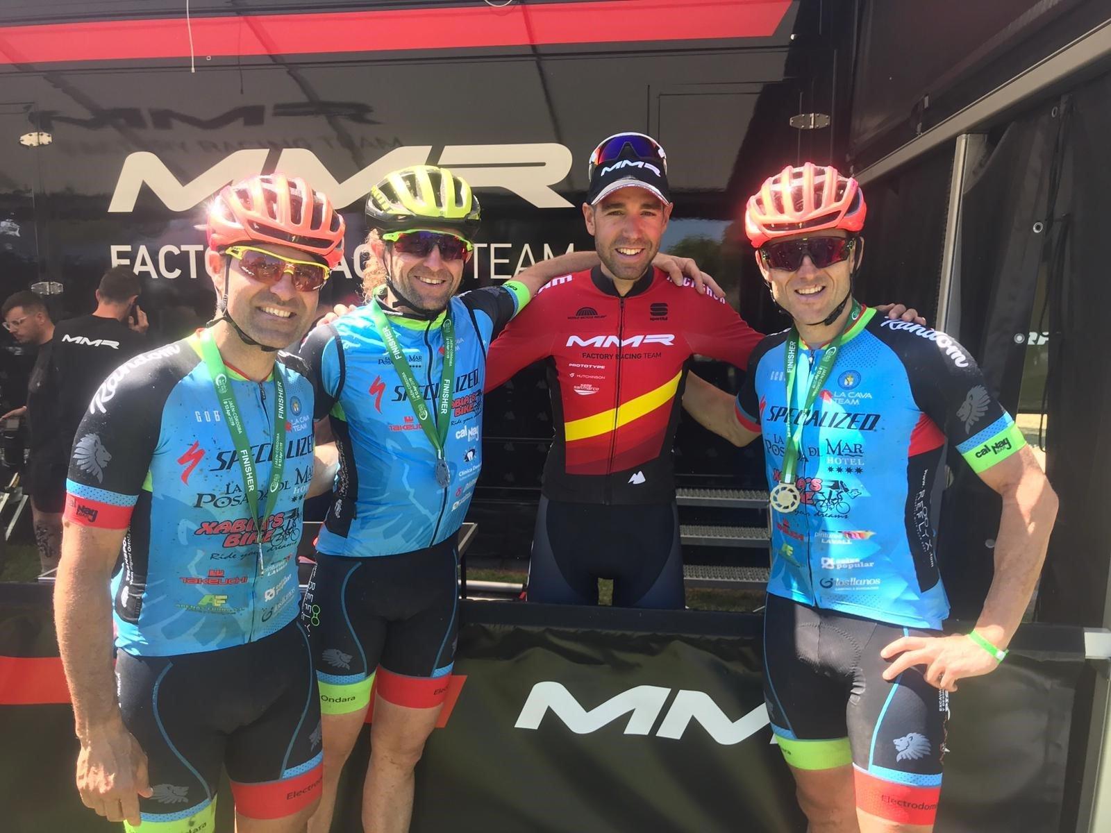 Ciclisti della squadra Cava con il campione di Spagna