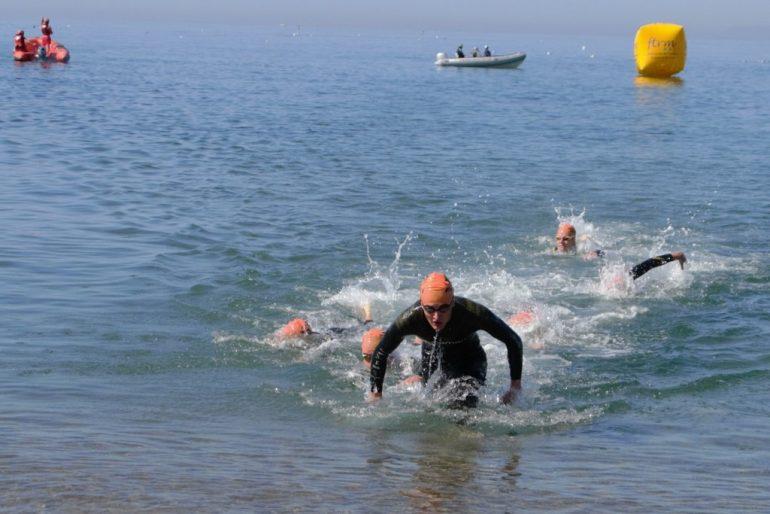 Gabriel Dolader saliendo del agua