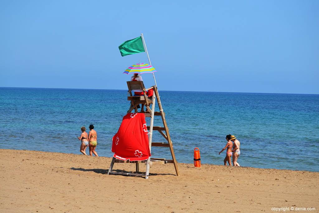 Bagnino sulla spiaggia di Denia