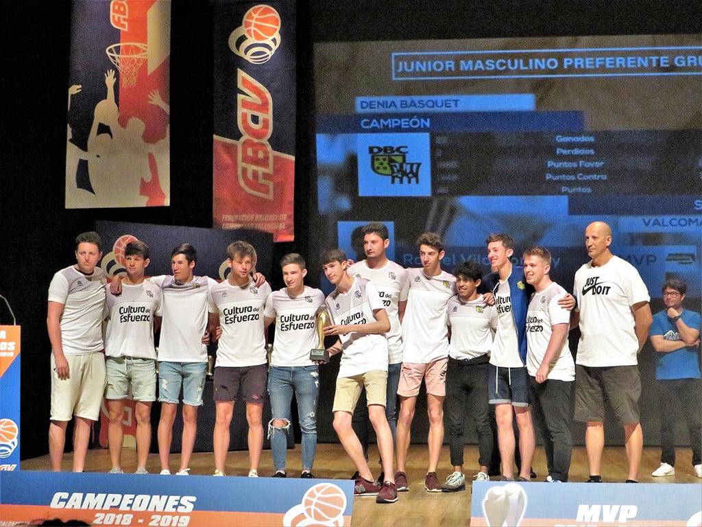 Lliurament del trofeu als Juniors del Dénia Bàsquet