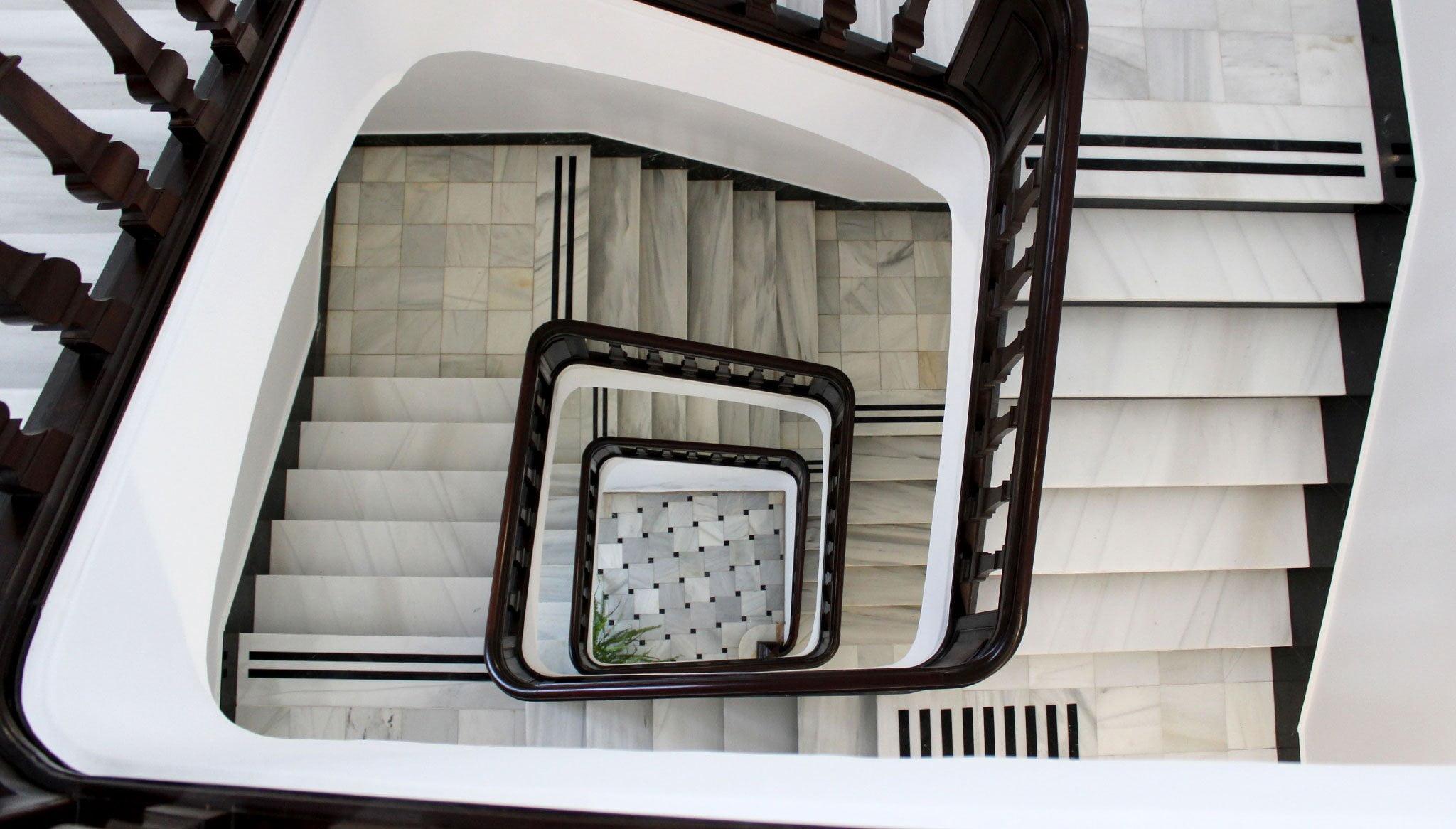 Escalera de mármol original del edificio de la Biblioteca antes de la restauración