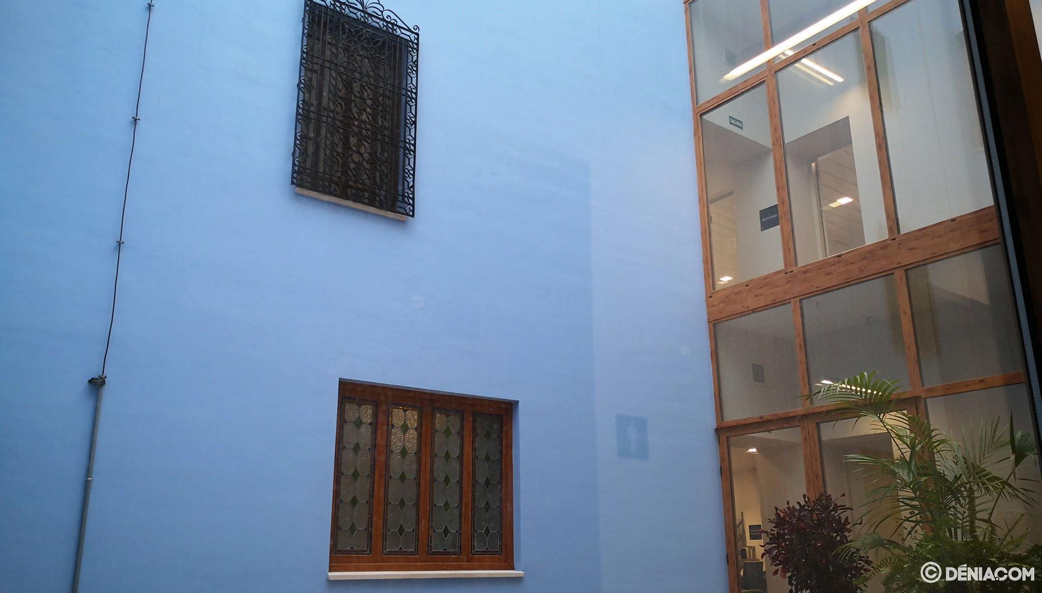 Patio interior en la Biblioteca Municipal de Dénia