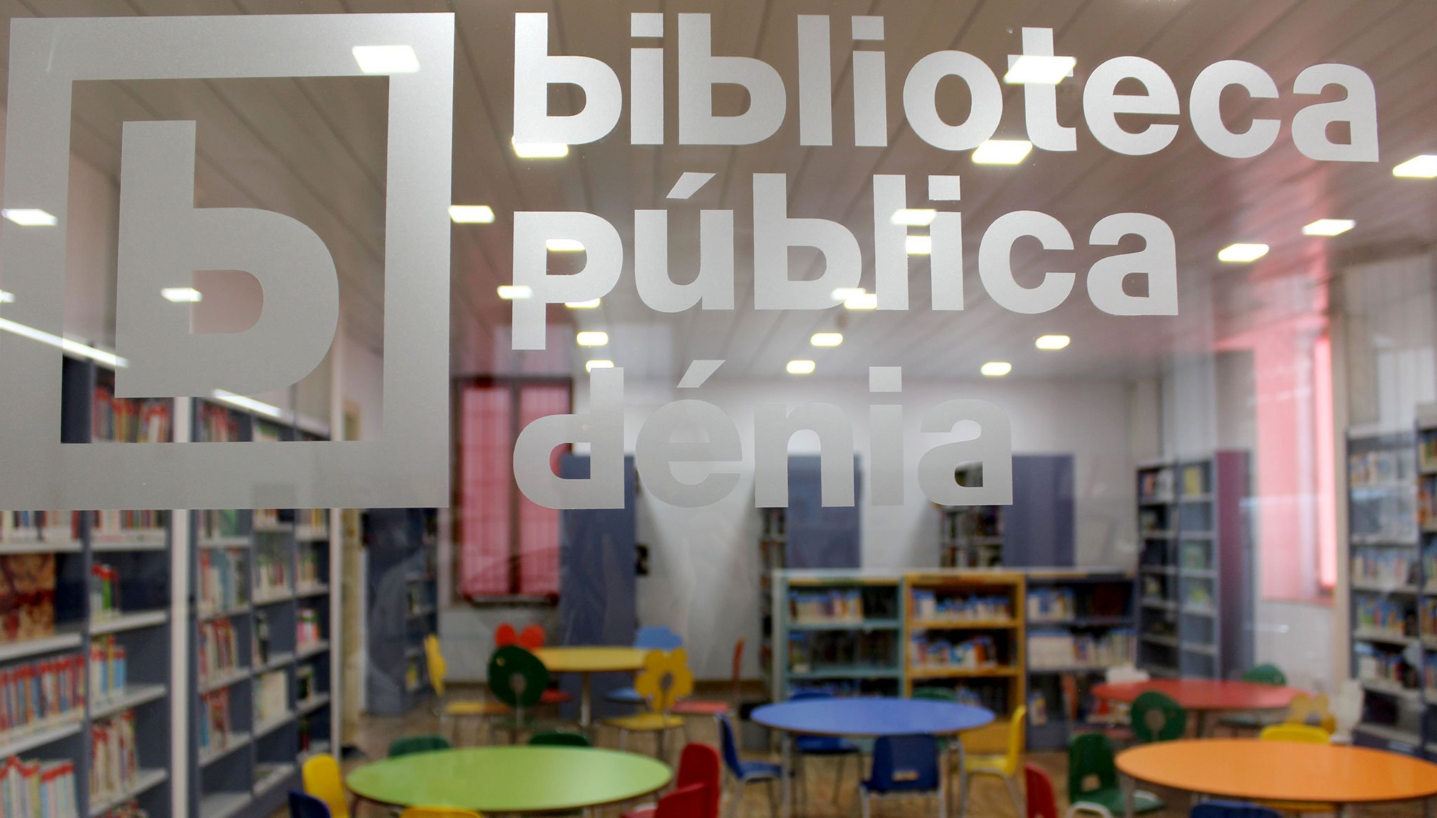 Sala de lectura infantil de la Biblioteca de Dénia, separada del hall por un cristal