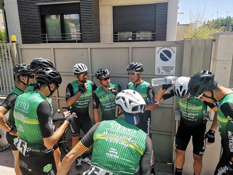 Ciclistas del Vito-UCMontgó refrescándose