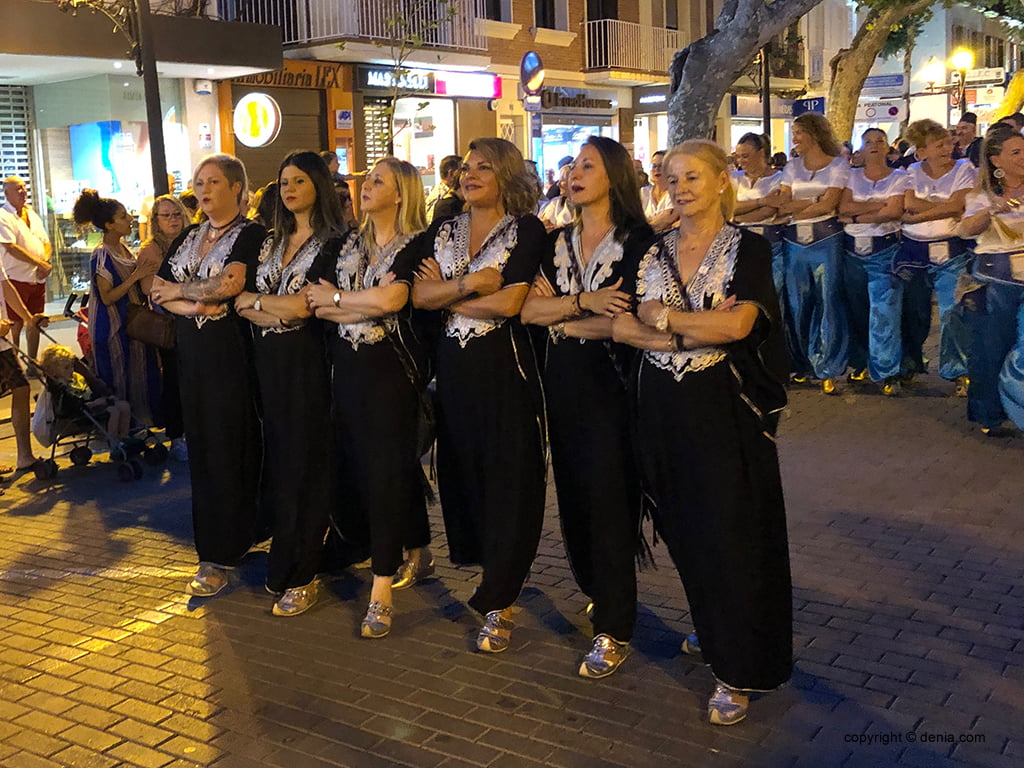 Les filaes de Moros i Cristians desfilen en Festes