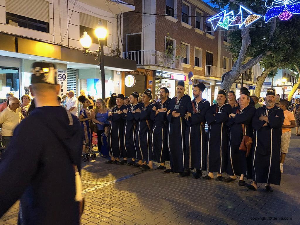 Els Moros desfilen en la entraeta festera