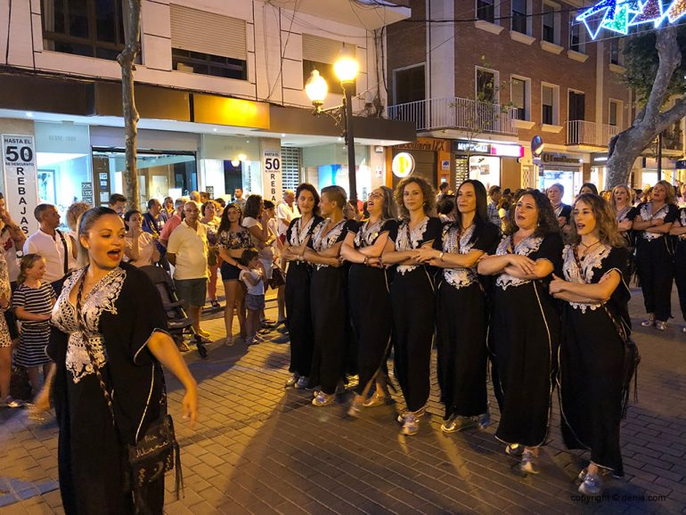 Парад мавров и христиан через торжества в праздничном входе