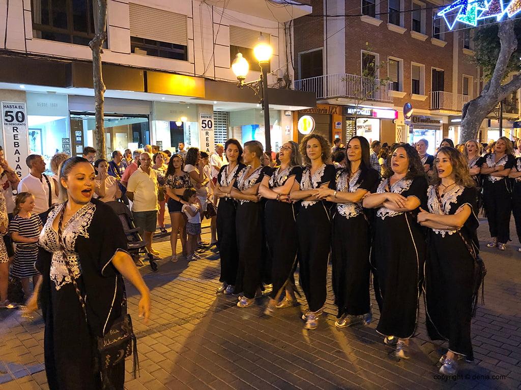 Moros i Cristians desfilen per Festes a la entraeta festera