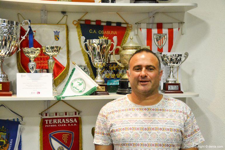 Pepe Carpi avec les trophées du CD Dénia