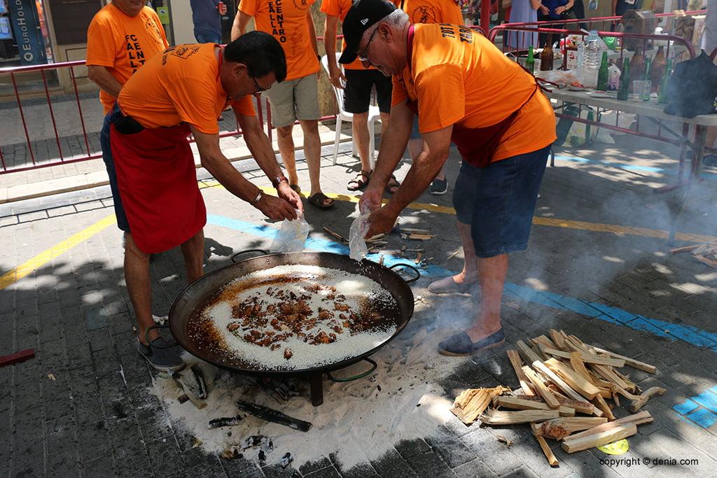 Preparació de la paella per al concurs