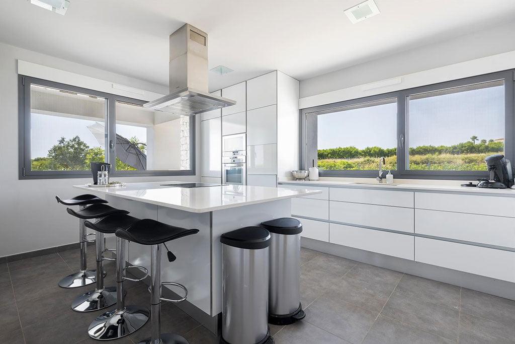 Cocina con isla en casa de alquiler vacacional en Dénia – Quality Rent a Villa