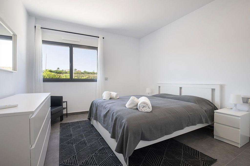Habitación con cama doble en chalet de alquiler en Dénia – Quality Rent a Villa