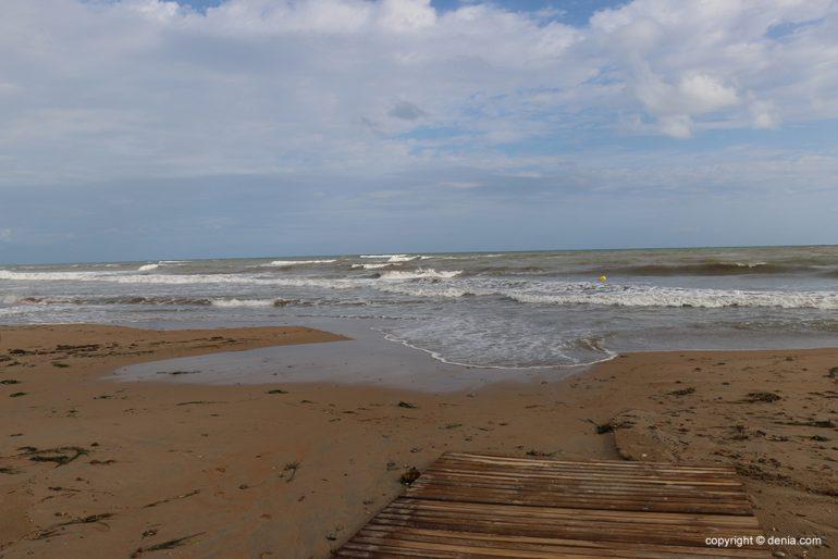 Le conseguenze della pioggia e della tempesta a Dénia - La spiaggia di Les Bovetes