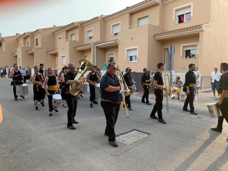 Percussie- en metalwindgroep op de Moren en Christenenparade - Batucada Azäleé Grup de Percussió d'El Verger