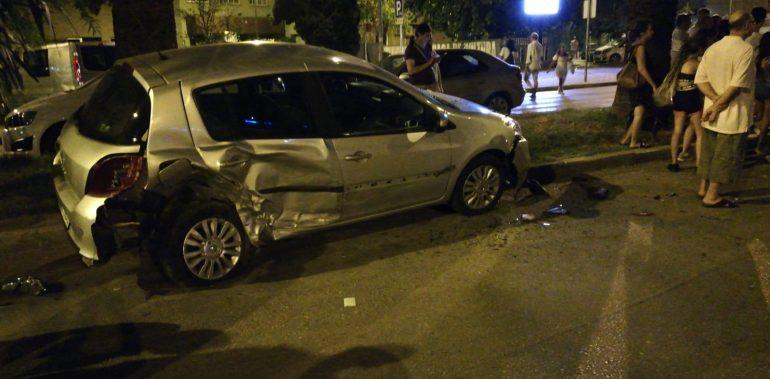 Un cotxe xoca amb diversos estacionats i acaba bolcant