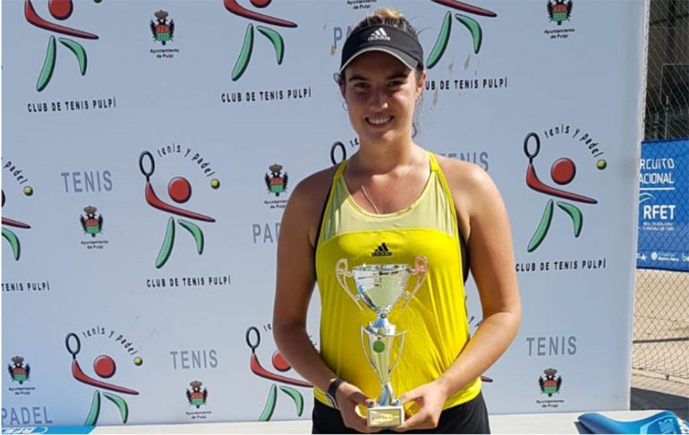 Andrea Redondo con su trofeo