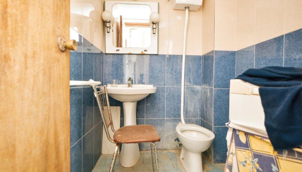 Baño sin reformar en apartamento de 50 años – Reformas Integrales Macamon