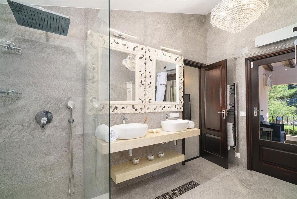 Salle de bain avec finitions de luxe dans une maison en location à Dénia - Aguila Rent a Villa