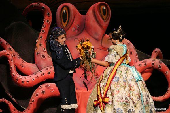 Image: Cesc offre un bouquet à Paula après avoir placé le groupe