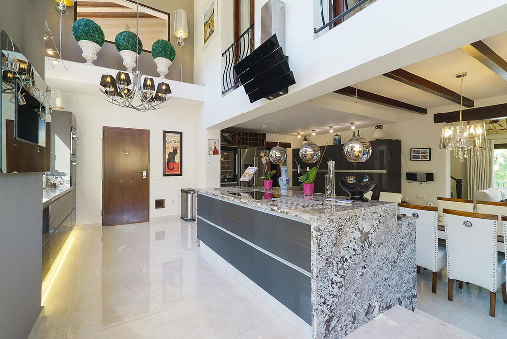 Cuisine ouverte dans une maison de luxe à louer - Aguila Rent a Villa