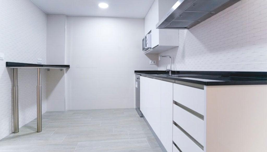 cocina-despues-reforma-apartamento-bellreguard-macamon