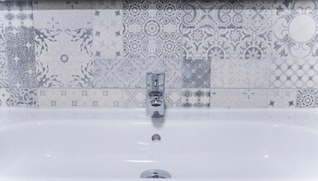 Detalle del baño reformado por Reformas Integrales Macamon