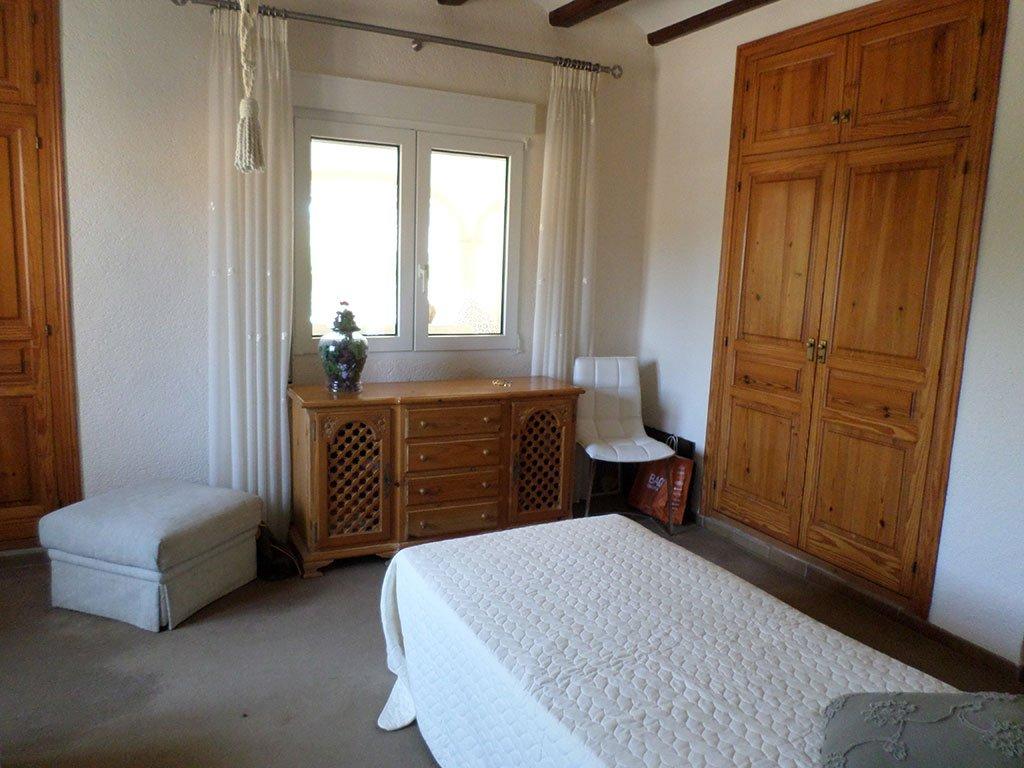 Habitación de estilo rústico en chalet en venta en el Montgó – Promociones Denia, S.L.