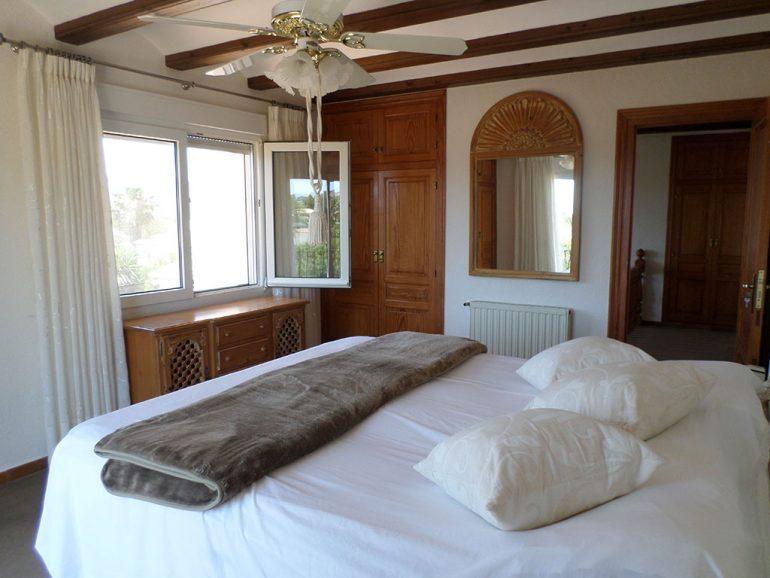 Dormitorio principal de estilo rústico en un chalet en venta en el Montgó - Promociones Denia, S.L.