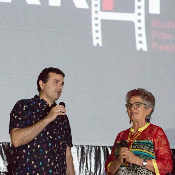 Imagen: El Concejal Raúl García de la Reina y Anna Perles, presidenta de la Ass Ecola de Cinema Riurau