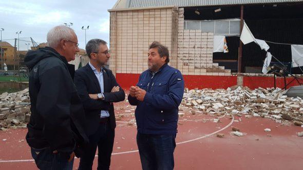 Imatge: El conseller Arcadi Espanya al costat alcalde de Dénia Vicent Grimalt en la visita al Poliesportiu