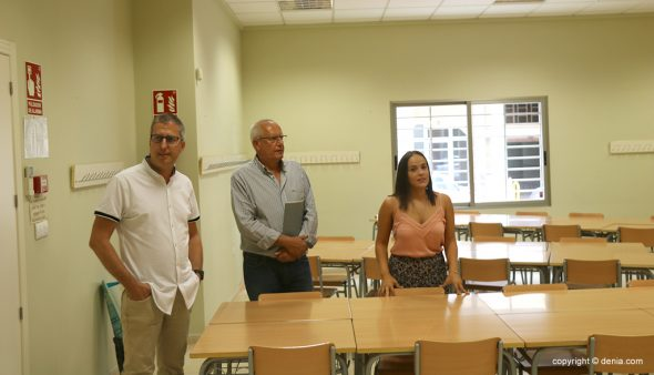 Image: The director of CEIP Pou de la Muntanya, Sergi Mallol, shows the provisional center to the mayor and councilor