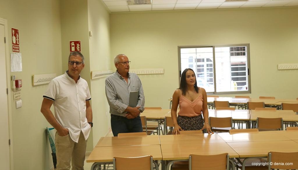 Директор CEIP Поу де ла Мунтания, Серджи Малол, показывает временный центр мэру и советнику