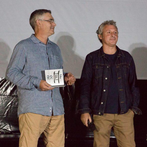 Imagen: El Presidente del Cine Club Pessic y su portavoz Romualdo Soler, reciben el homenaje del Riurau Film Festival