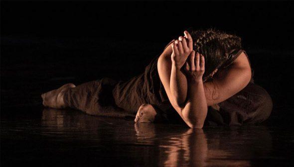 Imatge: Elena Sevilla ballant dansa contemporània. Fotografia Germán Antón