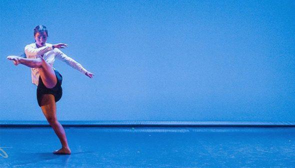 Imatge: Elena Sevilla en una actuació sobre les taules. Fotografia Paco Giménez