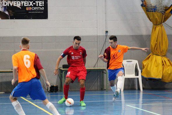 Imagem: Isaac passando a bola para um companheiro de equipe