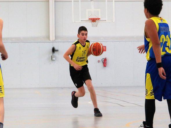 Image: Enfant joueur de Dénia Basketball faisant rebondir le ballon