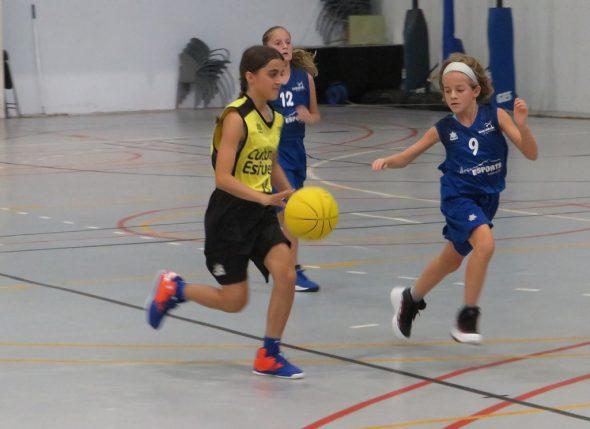 Image: Un jeune joueur de Dénia Basketball entrant dans le panier
