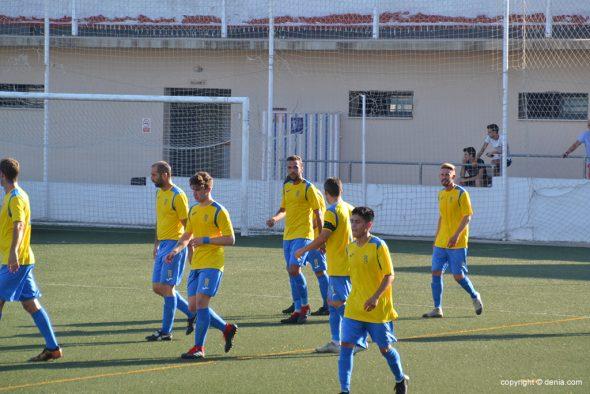 Imagen: Jugadores del CD Dénia tras marcar en Llosa