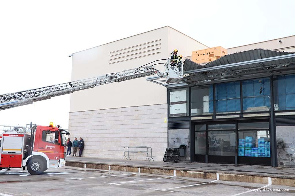Feuerwehrmänner bei der Reparatur des Daches des Fischmarktes