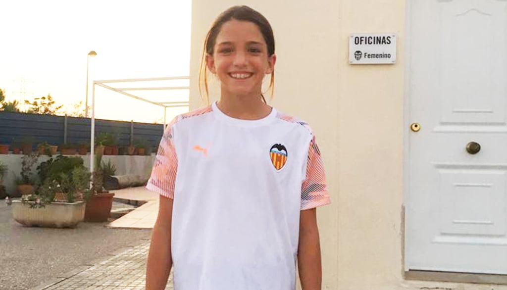 Marta Llorca avec l'uniforme du Valencia CF