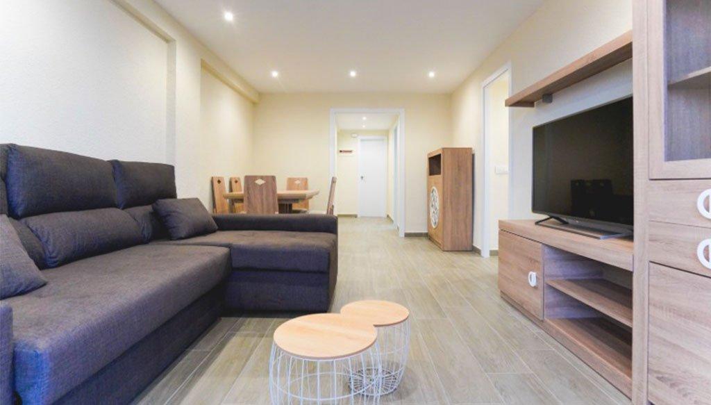 Salón de un apartamento en la playa de Bellreguard – Reformas Integrales Macamon