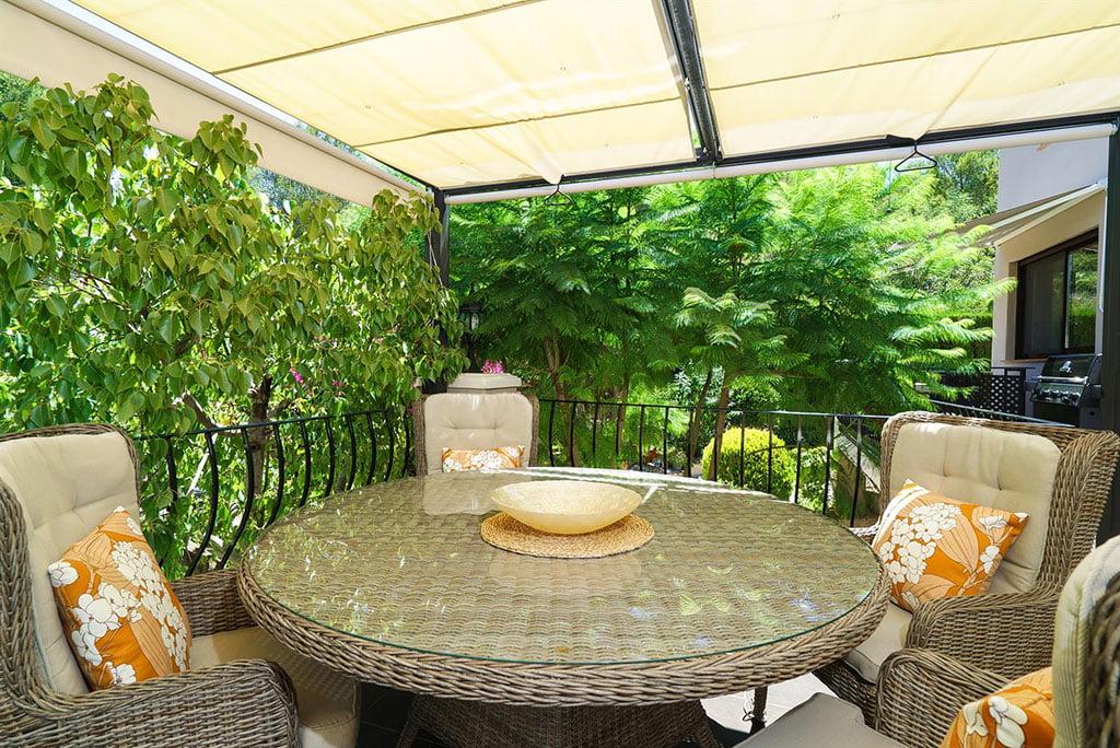 Terrasse couverte dans une villa de location de vacances - Aguila Rent a Villa
