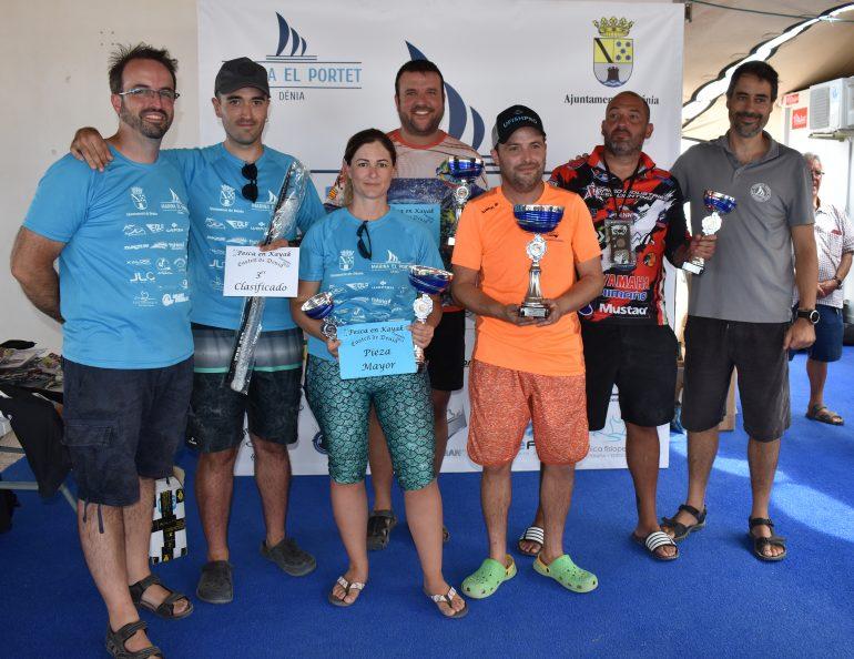 Tutti i vincitori della gara di pesca con i loro trofei