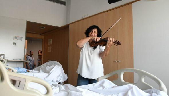 Immagine: violinista in ospedale