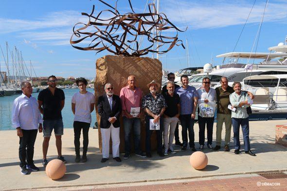 Изображение: художники и жюри перед победившей работой