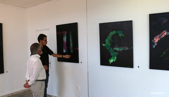 Imatge: Caravaca mostra la seva obra al director de Marina de Dénia