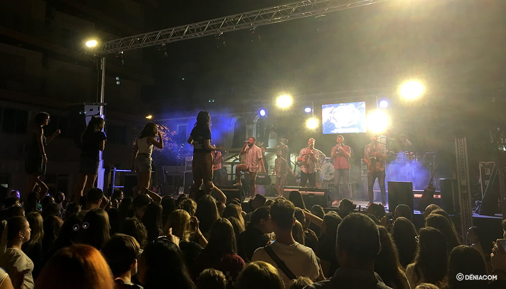 Centenars de joves assisteixen a el concert de el 9 d'Octubre
